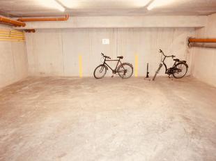 Ruime overdekte autostaanplaats te huur.<br /> Onder het gebouw Mechelsevest 36.<br /> Huurprijs 80 euro/maand. Jaarcontract.