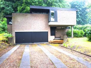 Rustig residentieel gelegen woning op 10 minuten afstand van het centrum van Leuven.<br /> Indeling:<br /> Inkomhal, leefruimte, keuken, berging, bure