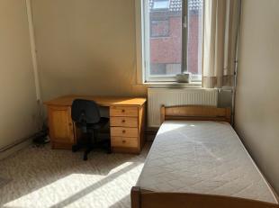 Studentenkamer in het centrum van Leuven.<br /> Gelijkvloerse verdieping.<br /> oppervlakte : 13m2.<br /> Kostprijs: huurprijs 300 euro/maand<br /> Bi