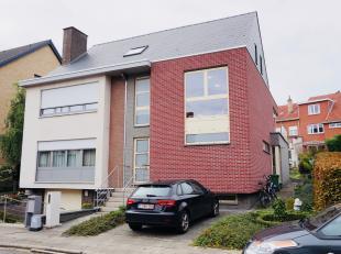 Modern lichtrijk duplex appartement met 2 slaapkamers, terras en autostaanplaats.<br /> Dit mooie appartement heeft een goede bereikbaarheid. Bushalte