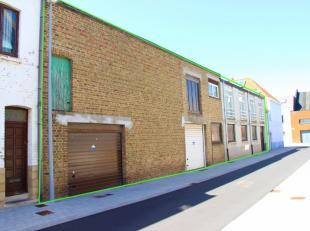In het centrum van Middelkerke, vinden we dit ruime gebouw. Het gebouw beschikt momenteel op het gelijkvloers over een ruime opslagplaats / magazijn /