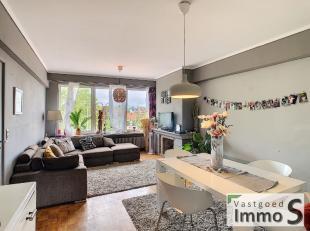 Dit appartement beschikt over een lichtrijke leefruimte met schitterend zicht op het pleintje / park voor de deur, te renoveren keuken, gezellig salon