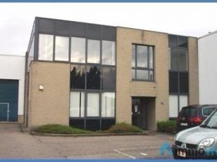 Bedrijfsgebouw gelegen aan de A12 met vlotte verbinding met de ring rond Antwerpen en Brussel.<br /> ·Unit A: 300m² kantoor en 428m²