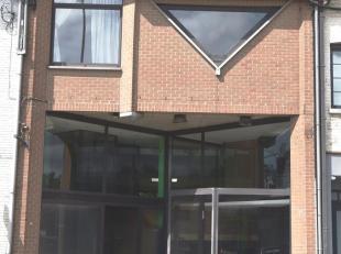 Centre de Waterloo , dans la principale rue commerçante : surface commerciale de 90m² avec beau potentiel , comptoir en bois , vitrine de