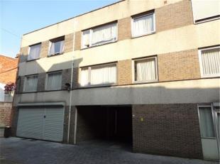 Aan de Hamelstraat 19 te Sint-Truiden treffen op de derde verdieping dit twee-slaapkamer appartement gelegen vlakbij de Grote Markt en het commerci&eu