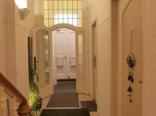 A deux pas de la Place Stéphanie dans maison de maître, appartement meublé (±40m²) situé au 1er étage. I