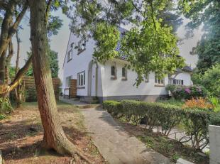 Sint-Gnesius-Rode aan de rand van Ukkel, huis 3 gevels volledig gerenoveerd in 2016, het bestaat op de begane grond, een grote hal, een lounge / eetka
