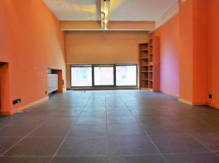 Werkplaats van ± 117 m² atelier op de begane grond van een prachtig recent gebouw en in een bijzonder centraal gedeelte. Grote woonkamer m