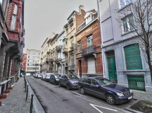 Mooi appartement met authentieke stijl, duplex gelegen in het centrum van Brussel in de buurt van de wijk Dansaertstraat. Het bestaat uit een grote ke