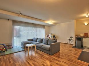 Bel appartement de +/- 70 m² situé au rez de chaussée d'un immeuble récent (2010) de 8 étages, comprenant: Un hall d'