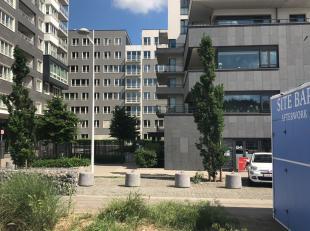 Gelegen op de Akenkaai 66 te Brussel, rechtover Tour & Taxis is dit instapklare 2 slaapkamerappartement met 2 badkamers gelegen op de gelijkvloers