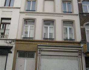 REZ DE CHAUSSEE COMMMERCIAL dans un petit immeuble sans charge. Endroit fréquenté situé en front de rue Blaes; avec partie arri&e