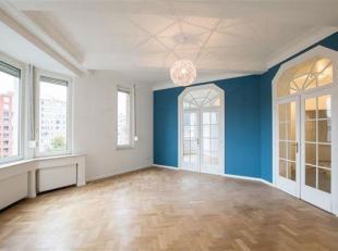 COUP DE COEUR pour ce superbe appartement 1 chambre dans un bel immeuble des années '30.  Il est composé d'un hall d'entrée d&eac