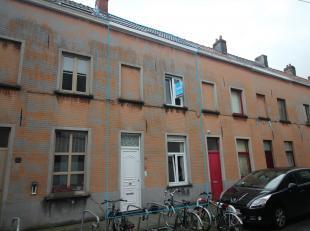 Deze charmante, te renoveren stadswoning met 2 slaapkamers, bevindt zich op wandelafstand van centrum Gent. Gelegen nabij winkels, scholen en openbaar