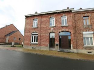 Belle maison villageoise avec passage latéral, garages, terrasse et jardin sur environ 10 ares. Ce bien, partiellement rénové, di