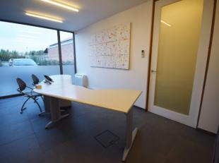 Deze woning voor gemengd gebruik is een uitstekend onderkomen voor vrije beroepen en kantoren.<br /> Het handelsgedeelte is voorzien van drie werkruim