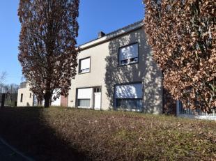 Deze opgefriste woning is gelegen in hartje Moen, vlakbij Kanaal Kortrijk-Bossuit. Zo is de woning gelegen op wandelafstand van bakkerijen, slagerijen