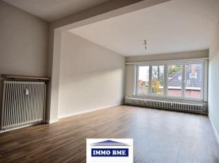 SITUATION :  A proximité du centre de Tubize, grand appartement situé au 2ème étage d'un petit immeuble.  COMPOSITION :  -
