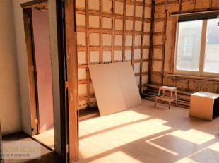 Bent u op zoek naar een volledig te renoveren bel etage woning die je helemaal zelf kan inrichten? Dan hebben wij exact wat u zoekt!Bij binnenkomst ko