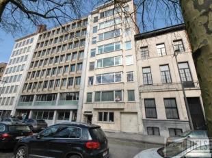 Ruim (145 m²) drieslaapkamer appartement met brede gevel, langs de Leien in Antwerpen Zuid. inkomhal op carrara marmer, grote  Living in L-vorm(5