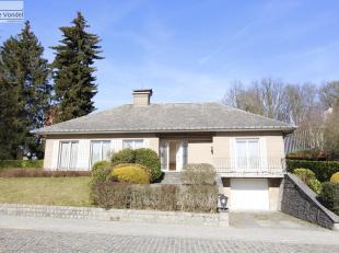 Heel ruime bungalow met grote garage en tuin te Affligem. Deze rustig gelegen woning ligt in de nabijheid van de winkels, de scholen, het openbaar ver