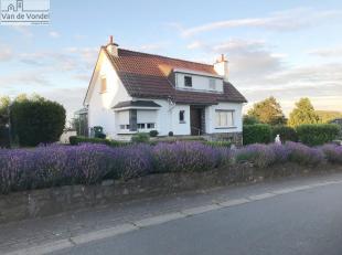 Op te frissen villa met tuin en garage te Affligem (Molenberg). Deze rustig gelegen villa ligt in de nabijheid van de winkels, de scholen en het openb
