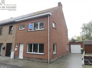 Ruime halfopen bebouwing te Nieuwerkerken op 4a66ca. Deze woning is gelegen in de nabijheid van de E40, het openbaar vervoer, de scholen en de winkels