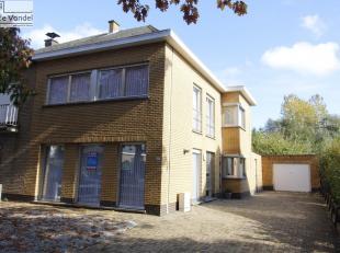Ruime halfopen bebouwing te Nieuwerkerken. Deze woning is rustig gelegen in de nabijheid van de E40, het openbaar vervoer, de scholen en de winkels. O