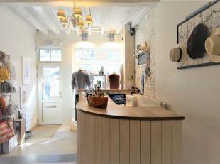 Een volledig instapklaar handelspand aan de grote winkelstraat van Halle. <br /> Vernieuwd in 2012 met hoogstaande afwerking , nieuwe cv ketel van 201