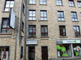 Appartement met 2 slaapkamers in het winkelcentrum<br /> Indeling: <br /> 2de verdiep: inkomhal , woonkamer , ingerichte keuken , badkamer , apart wc
