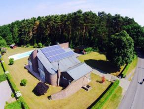 Deze mooie villa met zwembad is zeer rustig gelegen aan de rand van een bosrijke omgeving. De ingang van park de Hoge Kempen (Stationnetje van As)  li
