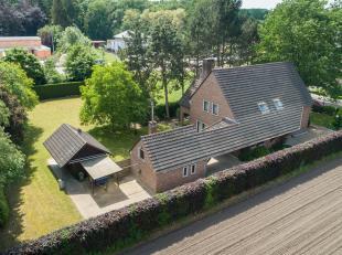 Deze degelijke klassieke villa is gelegen in een rustige zijstraat van de verbindingsweg tussen Diepenbeek en Genk. Er is een zeer goede verbinding me