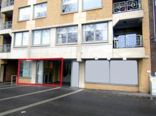 Deze kantoren zijn gelegen in het centrum van Genk tegenover shopping 1 op de gelijkvloerse verdieping. Vooraan het gebouw is er een grote (publieke)