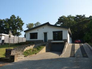 Deze gezinswoning is al grotendeels gerenoveerd. De belangrijkste vernieuwingen betreffen het dak en de aluminium ramen (Schüco) m.i.v. rolluiken