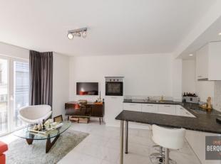 Prachtig gerenoveerd appartement met moderne keuken en badkamer gelegen aan het Oud Begijnenhof van Gent. Samenstelling: Inkom, apart toilet, vestiair