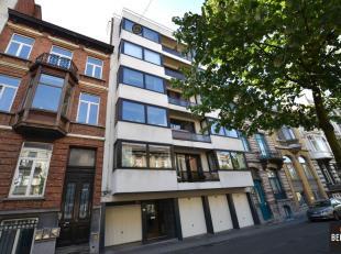 Ruim appartement (83m²)met 2 slaapkamers op wandelafstand van het Sint-Pietersstation. Samenstelling: Inkom, apart toilet, ruime living, keuken m
