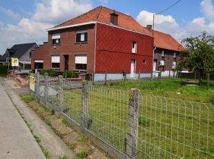 Op een uiterst rustig en landelijk gelegen locatie vinden we deze solide, te moderniseren woning. Aan de rechterzijde van de oprit  is er een tuin/wei