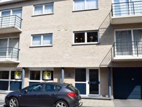 Praktisch en goed onderhouden GELIJKVLOERS appartement. <br /> Met autostaanplaats (carport met toegangspoort), privatieve kelderberging en gemeenscha