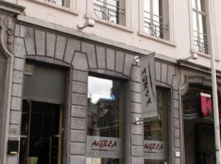 Een gezellig kleine brasserie met prachtig zicht op het  Sint-Baafsplein en het Belfort, in het hartje Gent.Een van de grote troeven is het unieke bin