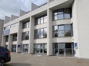 Modern kantorengebouw gelegen op topligging aan de Grote Ring van Hasselt, vlot bereikbaar via E313. Bestaande uit 220 m2 kantoren op het gelijkvloers
