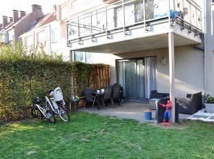 Gezellig gelijkvloersappartement in rustige tuinwijk. Appartement bestaat uit een inkomhal met toilet, living met terras en volledig ingerichte Amerik