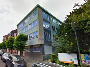 Volledig vernieuwd appartement op 2e verdiep met 2 kamers. Bestaande uit een living in tegels met voll. geïnst. open keuken, hall, 2 slpkrs (14m&