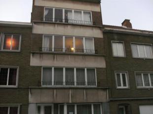 Appartement op de 3de verdieping in het centrum van Sint-Rochus met een  ingerichte keuken met gasfornuis, badkamer met ligbad en lavabo, WC, living e