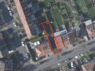 Bouwgrond van 1a77ca te Sint-Pieters-Leeuw voor een 2-gevel woning. Gelegen in een rustige straat nabij de scholen en op slechts enkele minuten van de