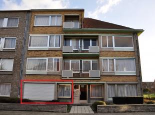 Appartement van 85m² op de gelijkvloersverdieping, gelegen in een rustige straat, bestaande uit een inkomsthal, living, ingerichte keuken, badkam