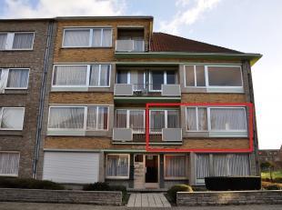 Appartement van  88m² op de 1ste verdieping, gelegen in een rustige straat, bestaande uit een inkomsthal, living, ingerichte keuken, badkamer met