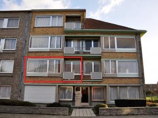 Appartement van 82m² op de 1ste verdieping, gelegen in een rustige straat, bestaande uit een inkomsthal, living, ingerichte keuken, badkamer met