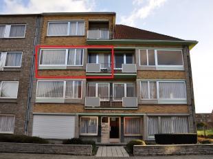 Appartement van 82m² op de 2de verdieping, gelegen in een rustige straat, bestaande uit een inkomsthal, living, ingerichte keuken, badkamer met l