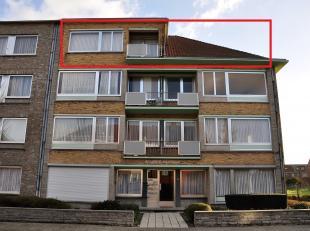 Appartement van 80m² op de 3de verdieping, gelegen in een rustige straat, bestaande uit een inkomsthal, living, ingerichte keuken, badkamer met l