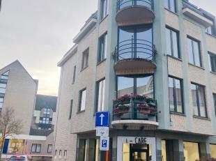 Vernieuwd appartement met op 3de verdiep inkomhal, grote living met veel lichtinval, eetruimte, terras, geïnstalleerde keuken, grote slaapkamer,